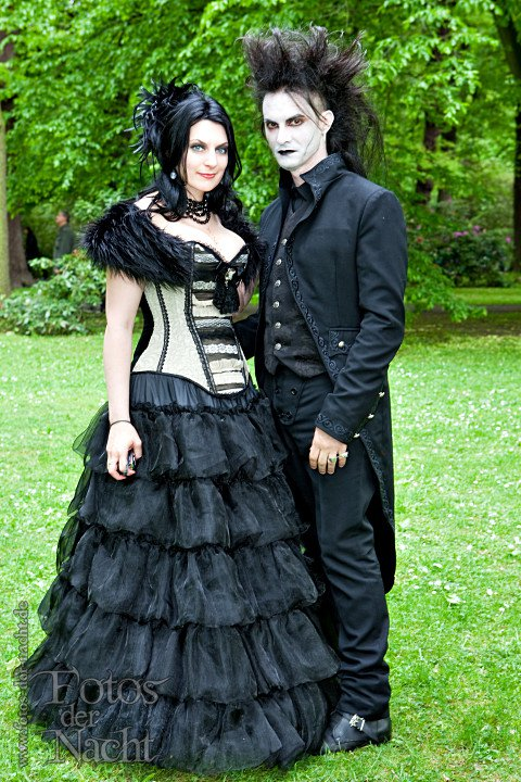 gothic-wedding-couple-outfits
